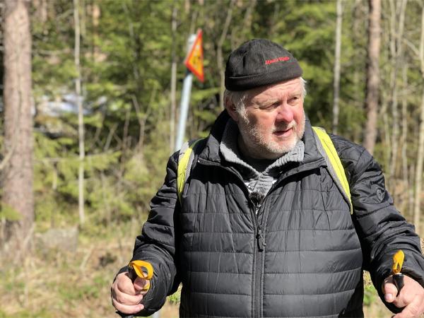 Jarmo Pihlavamäki metsäretkellä. Metsäretki tekee hyvää jokaiselle.